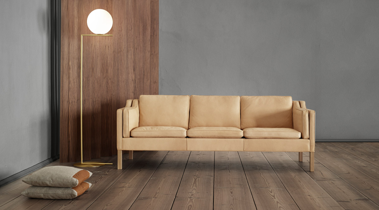Lovely leather and wood sofa of Danish design by Børge Mogensen
